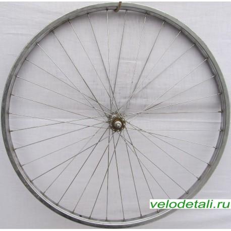"""Переднее колесо 28"""" с хромированным стальным ободом и осью диаметром 9,5 мм."""