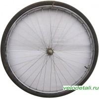 """Переднее колесо 28"""" с хромированным стальным ободом с осью диаметром 8 мм."""